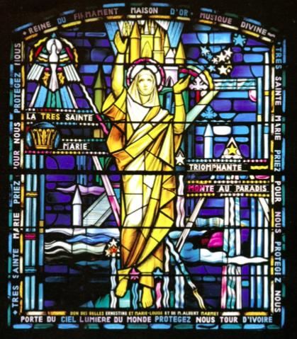 Éclairant l'intérieur du Notre-Dame de Lévis, ce vitrail est l'œuvre de Vincent Poggi. Une vierge en costume stylisé se préparant au décollage. (source : brochure sur le monument signé par l'auteur et publié en 2004 )